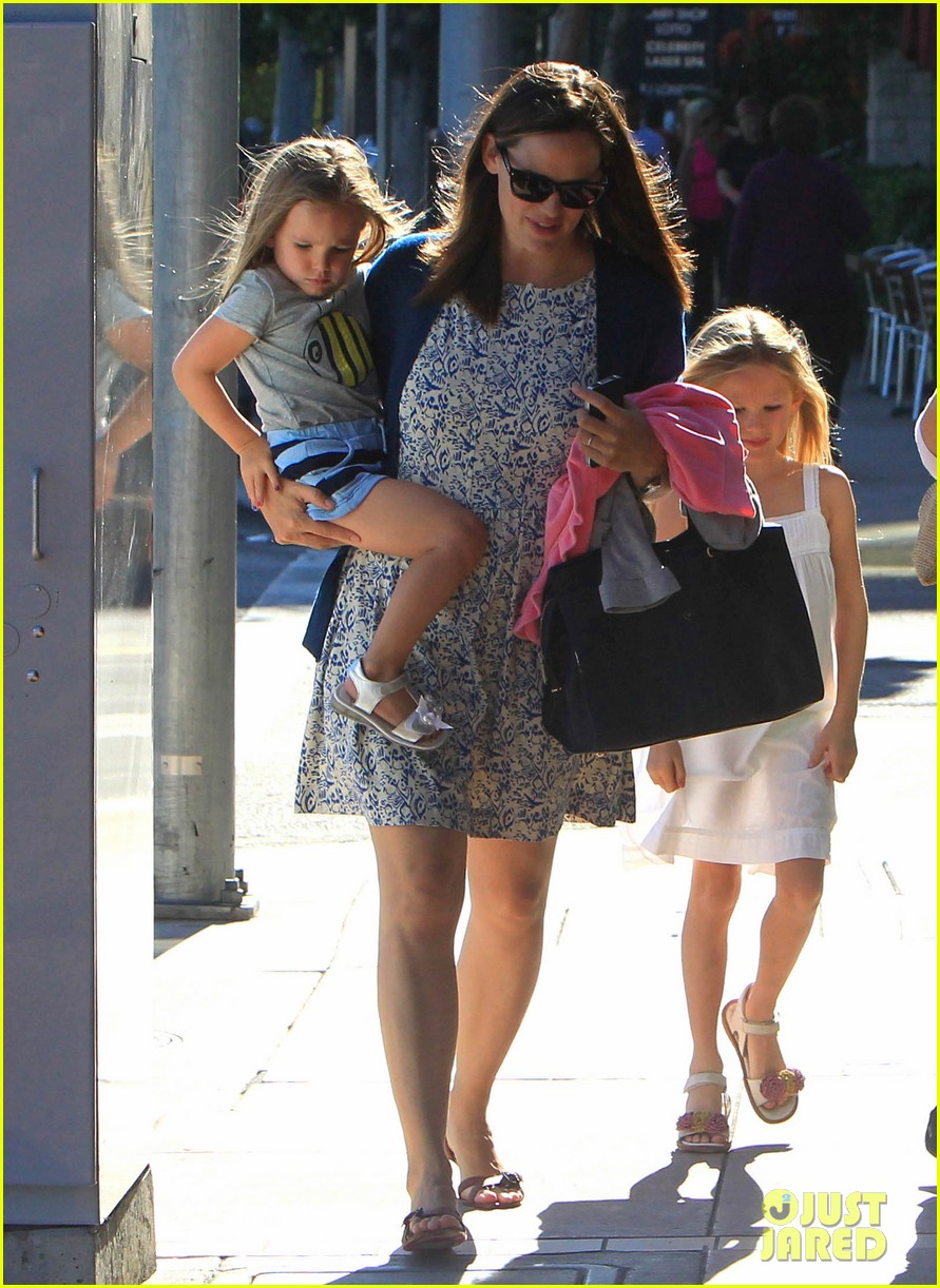 jennifer garner menchies with seraphina 17