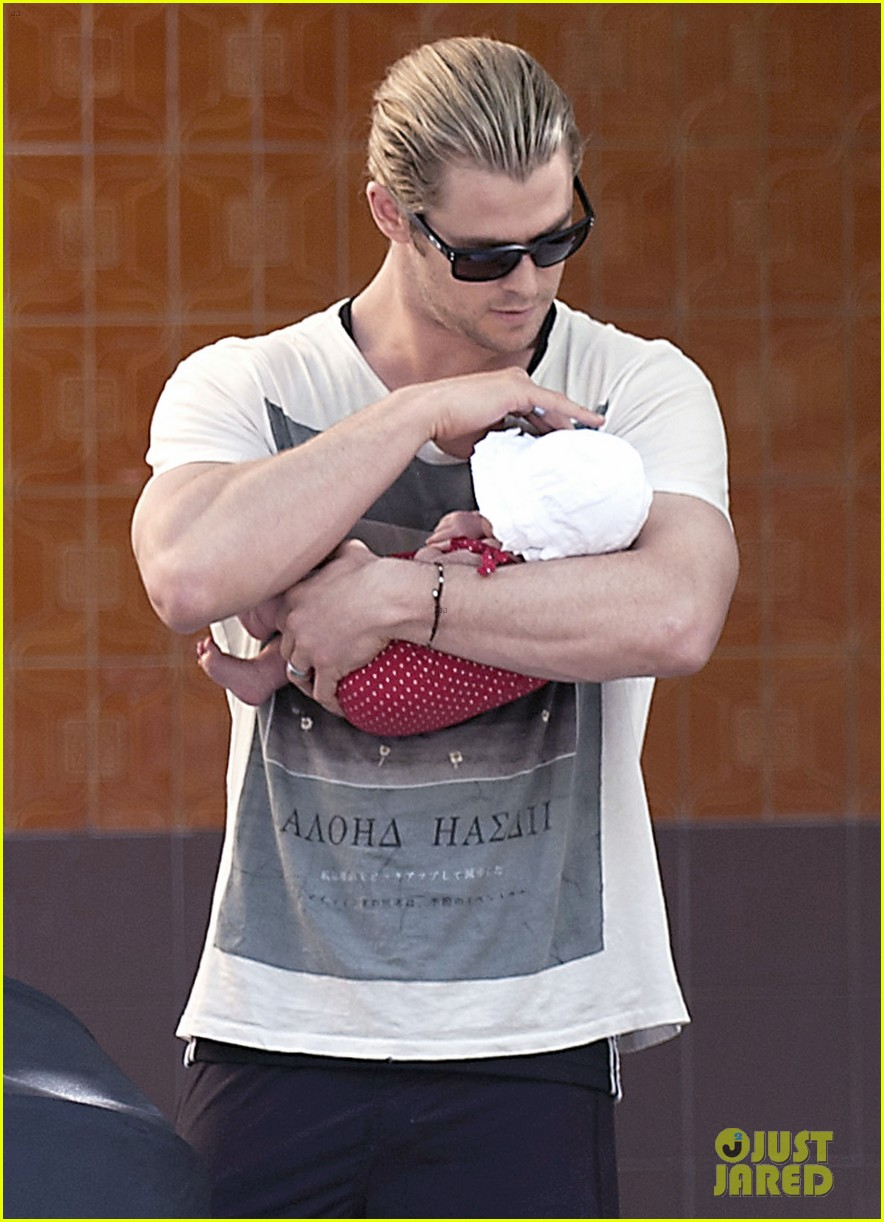 chris hemsworth india daddy daughter time in madrid 02