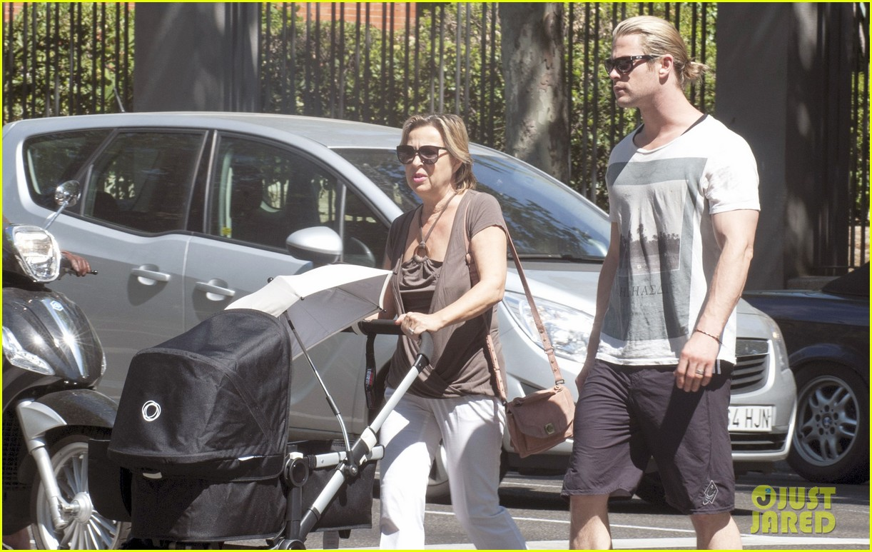 chris hemsworth india daddy daughter time in madrid 12
