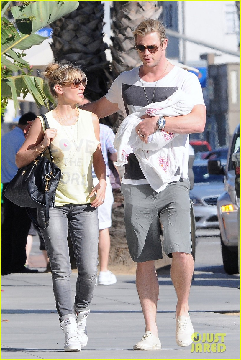 chris hemsworth walk with elsa india 072690083