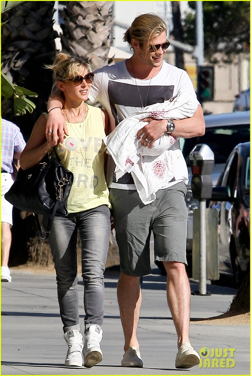 chris hemsworth walk with elsa india 172690093