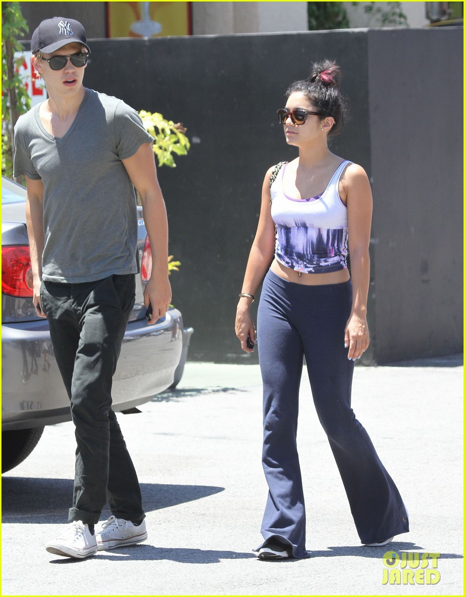 vanessa hudgens austin butler lunch with stella 01
