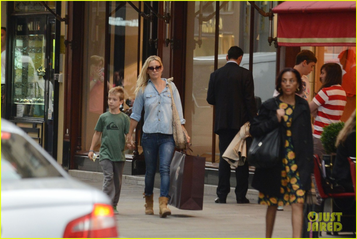 kate hudson shopping day with ryder 01
