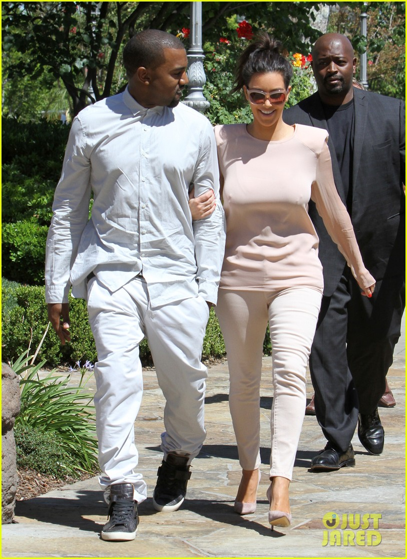 kim kanye out for a walk 05