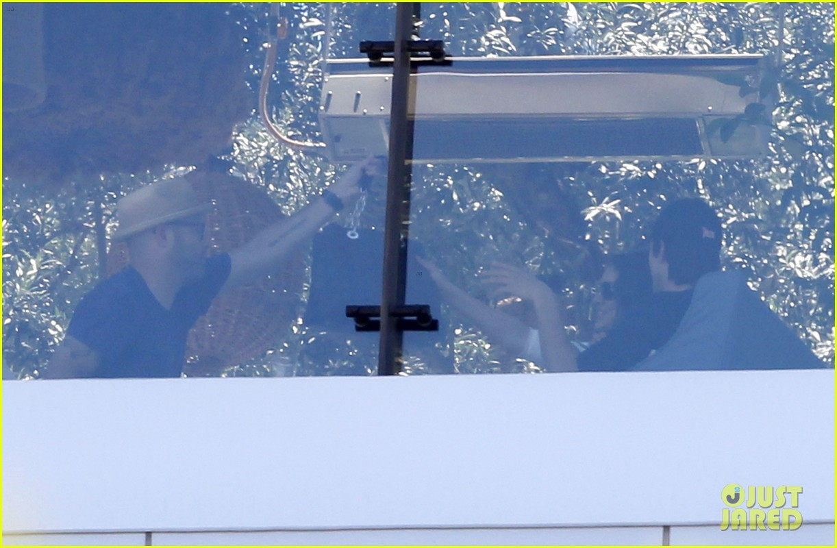 ashton kutcher mila kunis cuddle at soho house 28