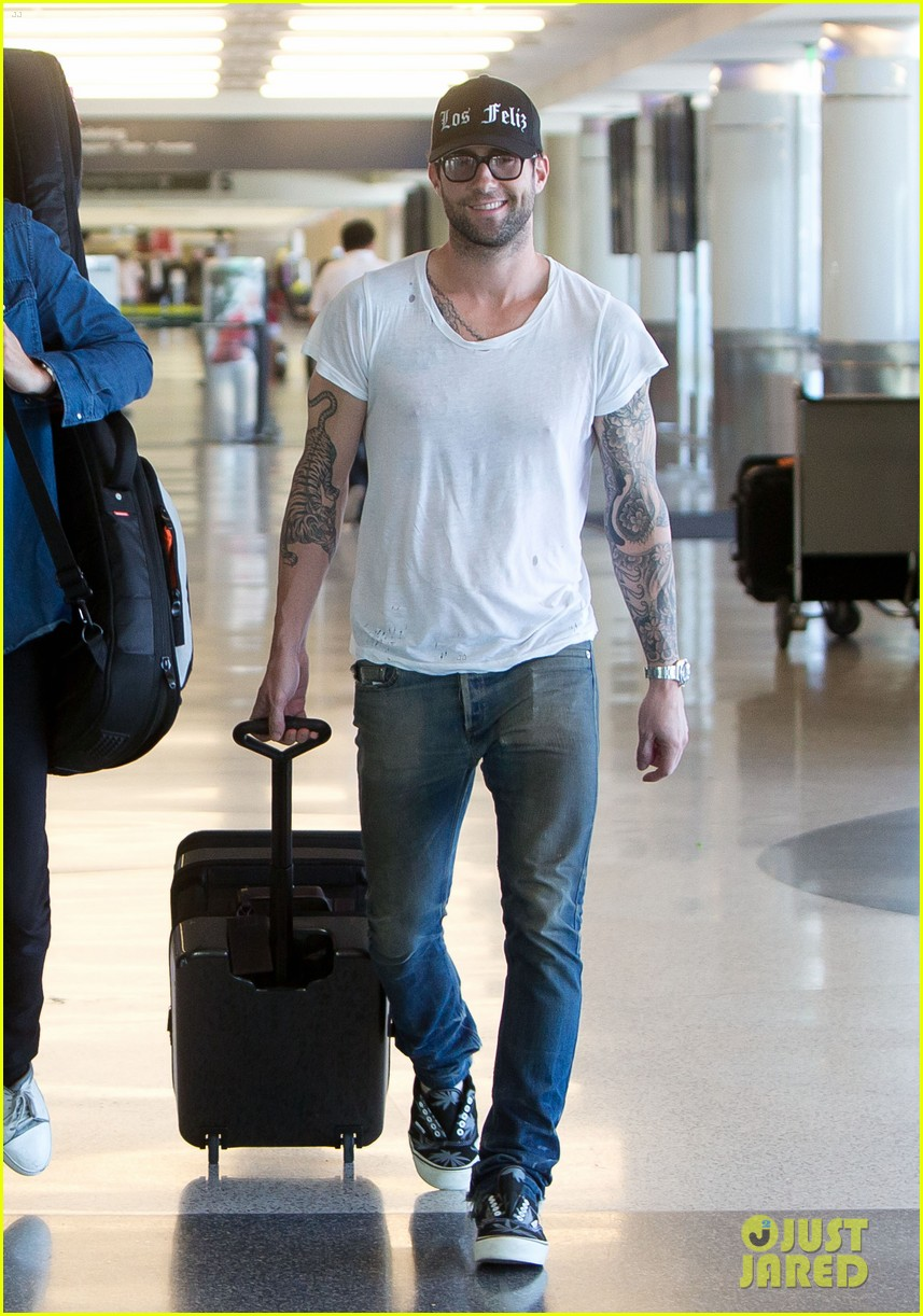 adam levine leaving lax 05