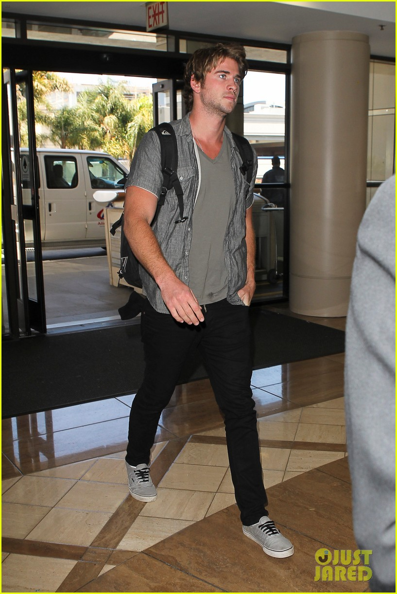 miley liam leaving lax 02