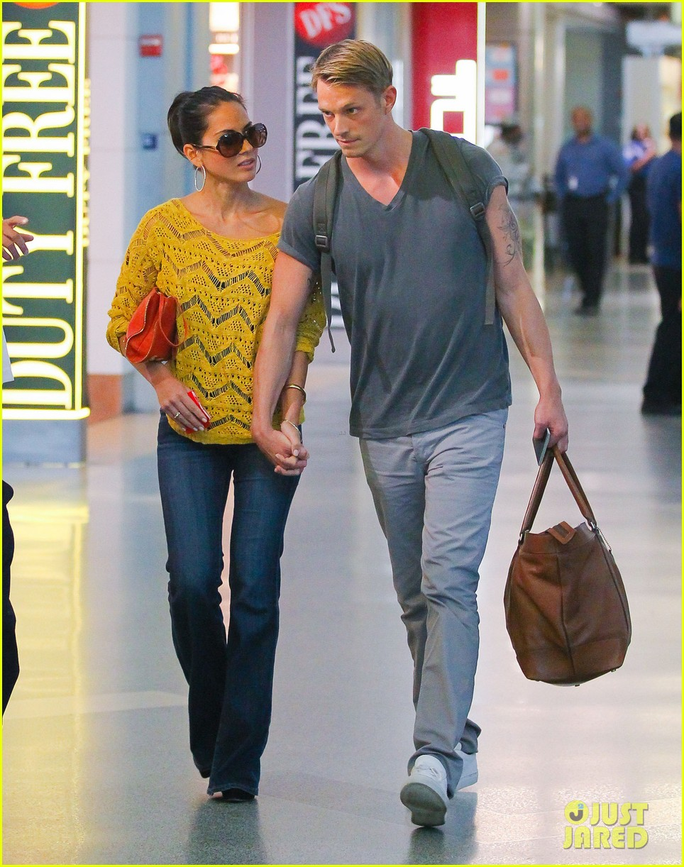 olivia munn joel kinnaman hold hands airport 05