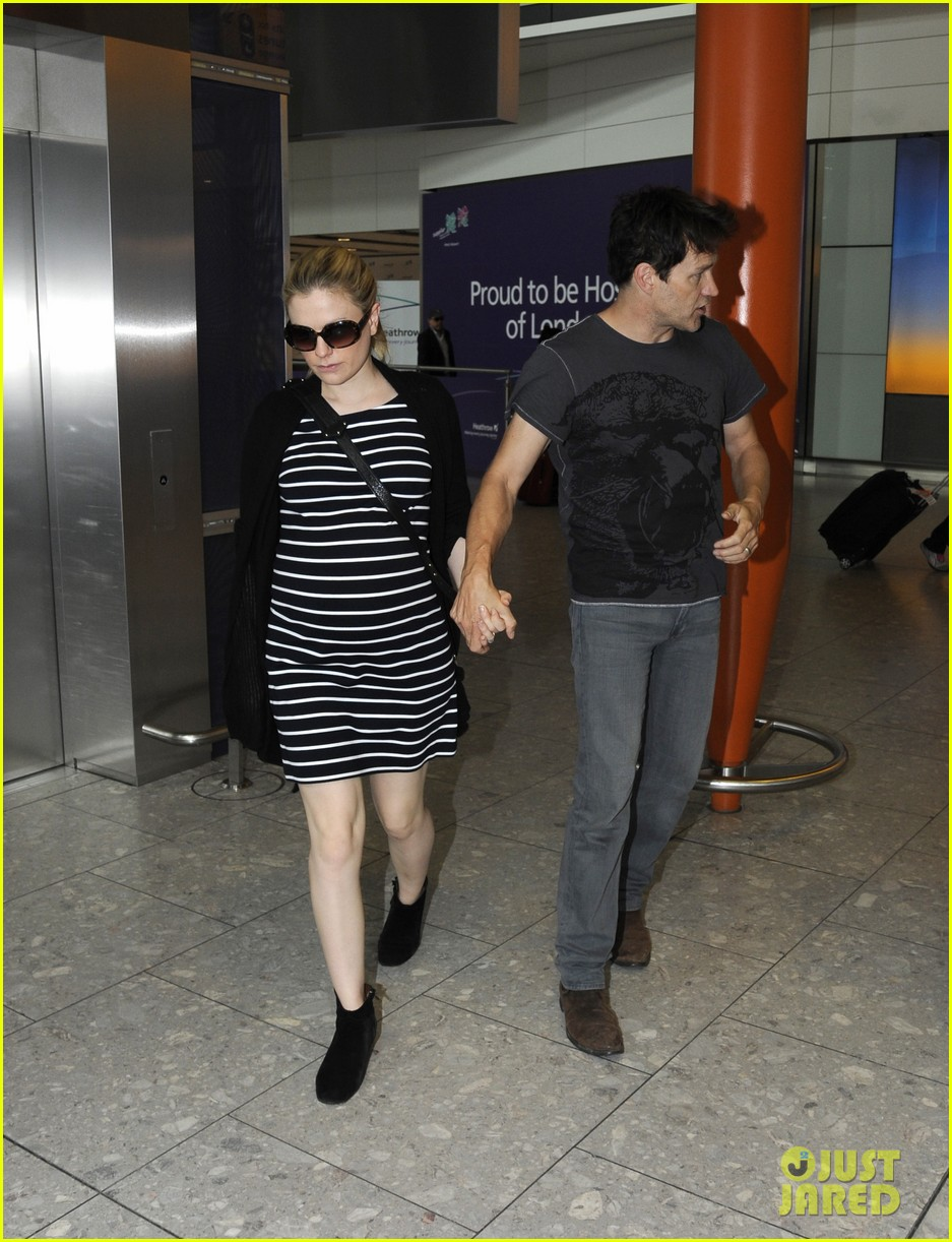 anna paquin stephen moyer heathrow airport 03