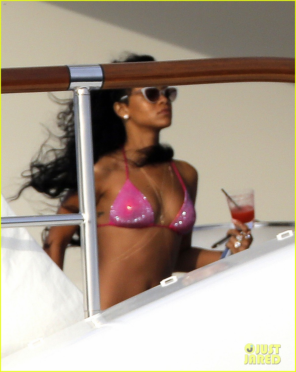 rihannas party on yacht shut down by police 052692929