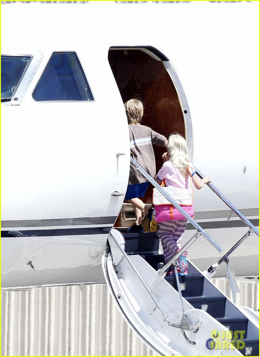 julia roberts boards private jet with the family 02