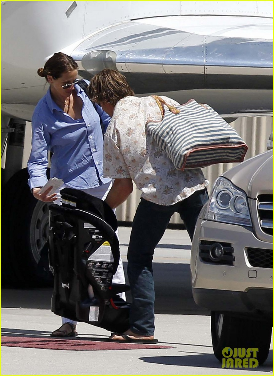 julia roberts boards private jet with the family 04