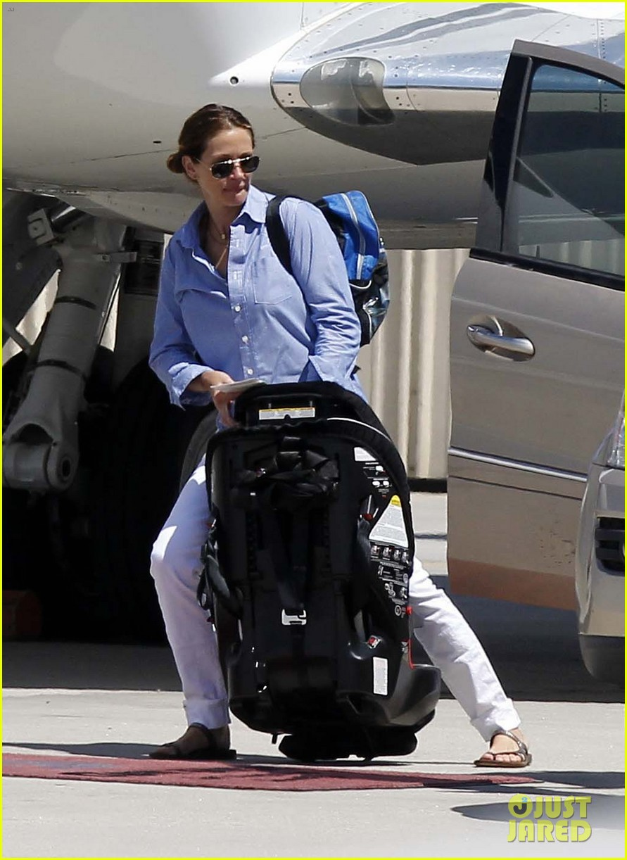 julia roberts boards private jet with the family 08