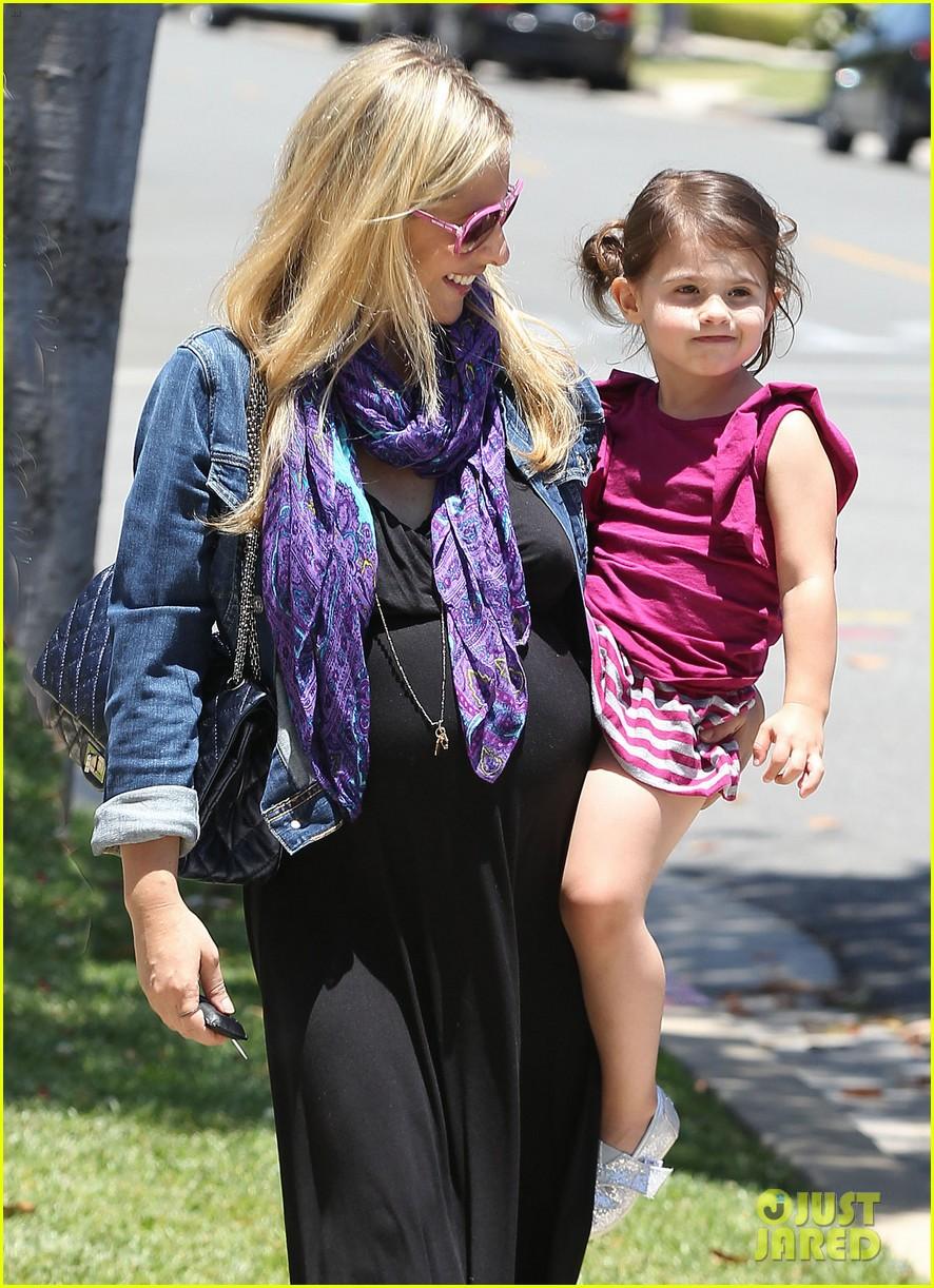 sarah michelle gellar pregnant stroll with charlotte 04