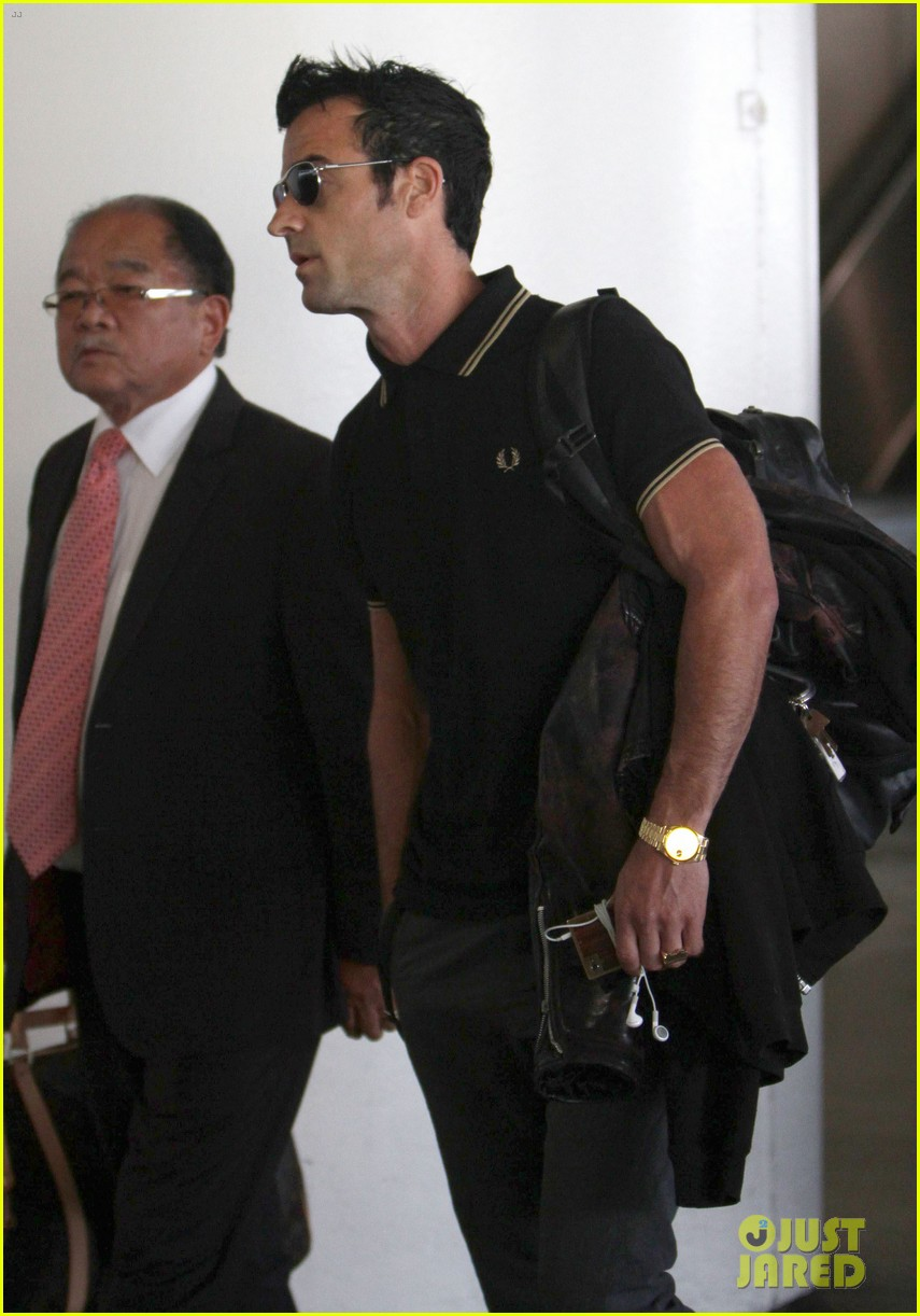 justin theroux buff biceps at lax 11