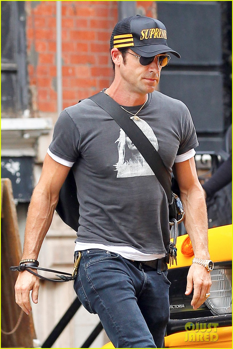 justin theroux hailing a cab 122695047