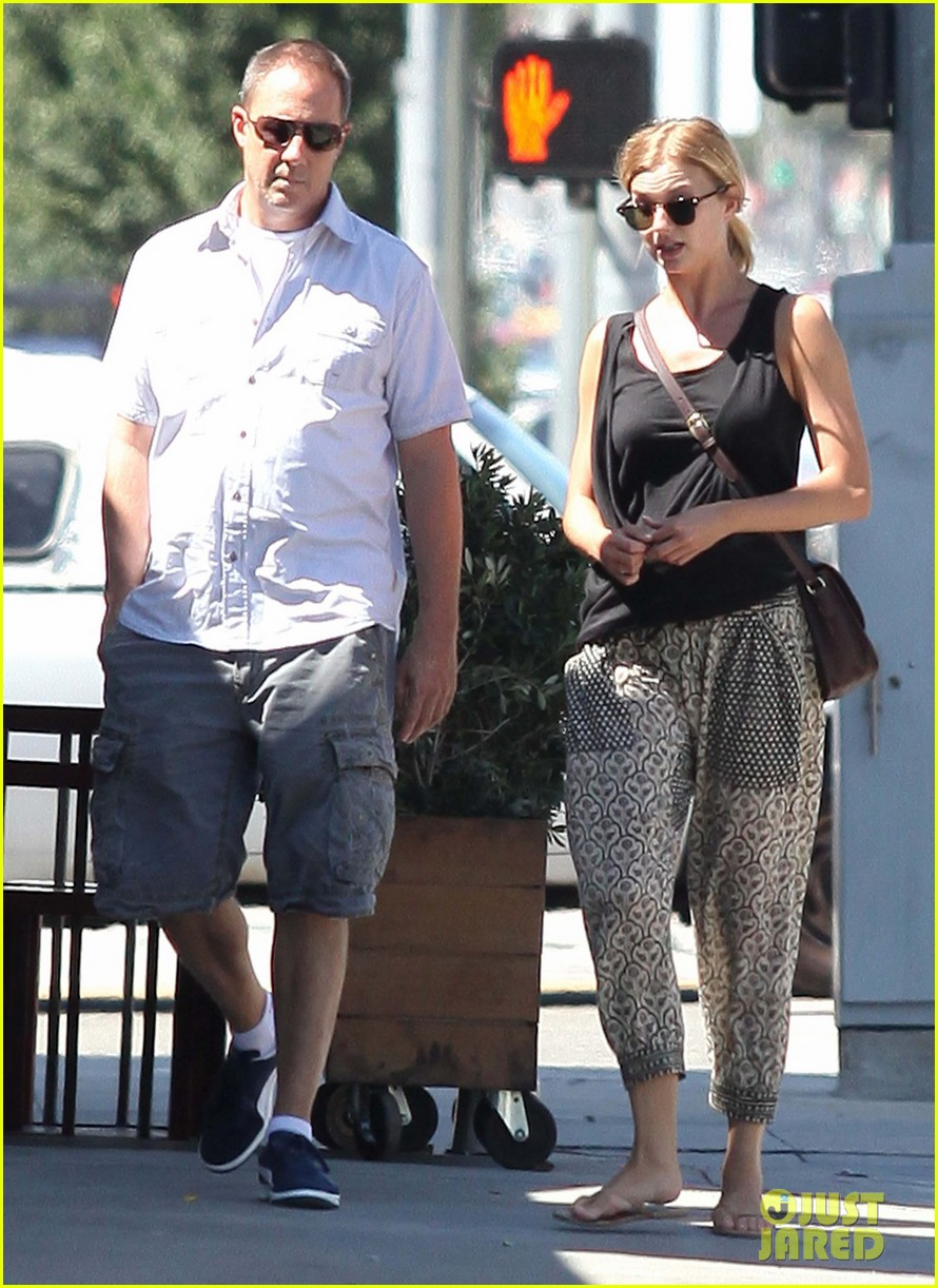emily vancamp lunch with guy friend 09