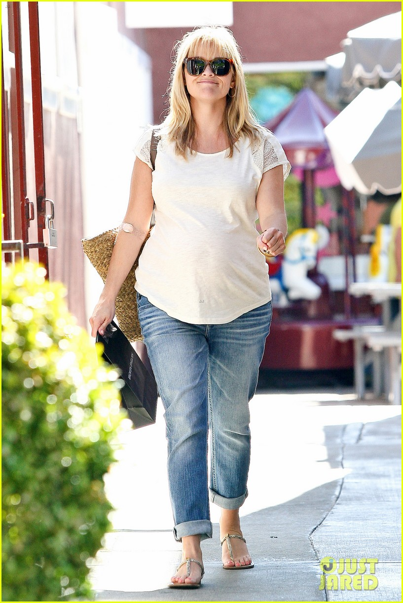 reese witherspoon brentwood country mart baby bump 07