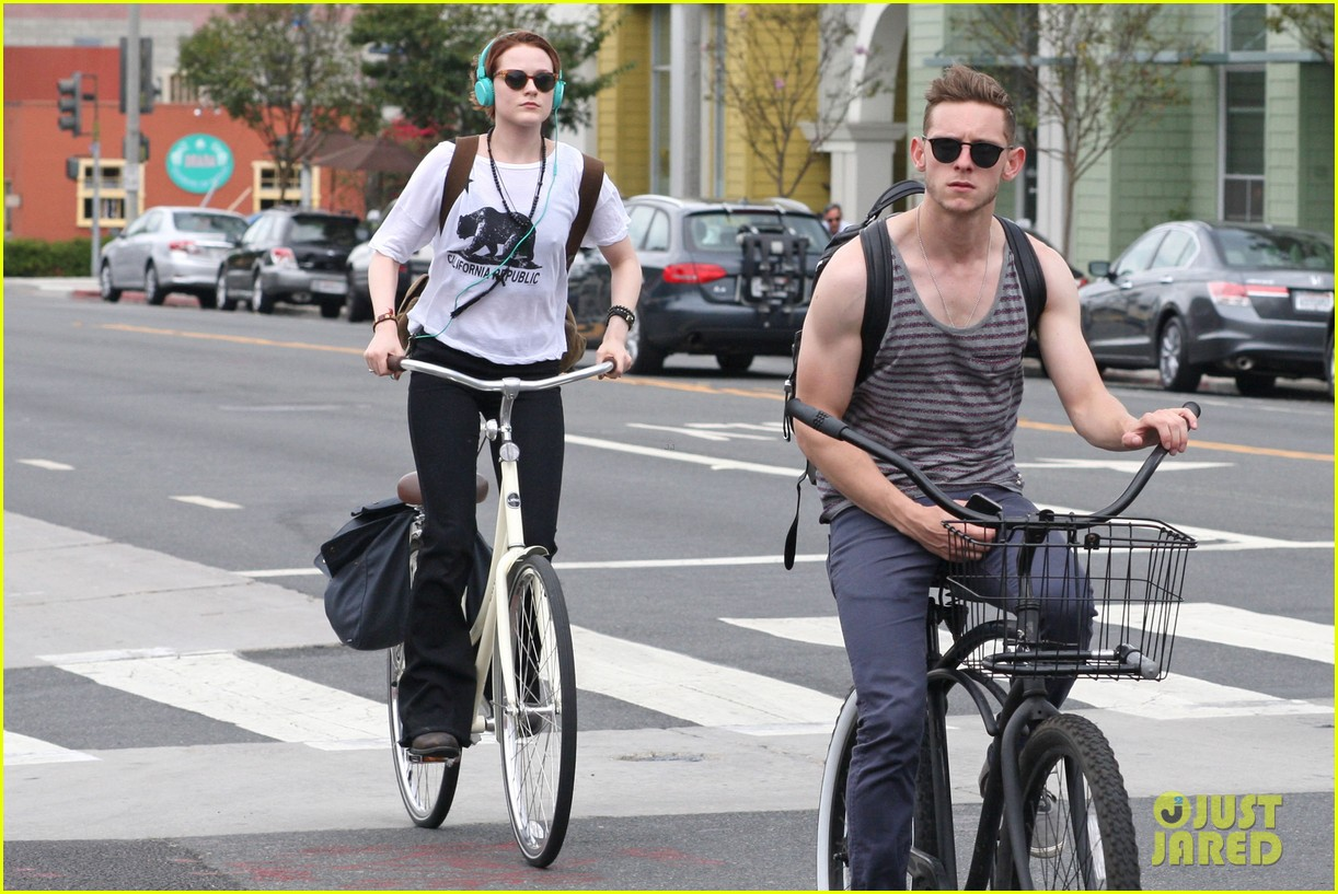 evan rachel wood biking jamie bell 01