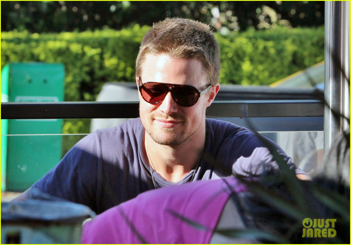 stephen amell monday bonding with willa holland 112698059