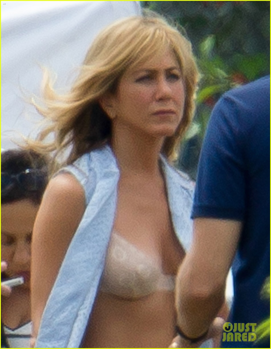 jennifer aniston flashes bra on were the millers set 06