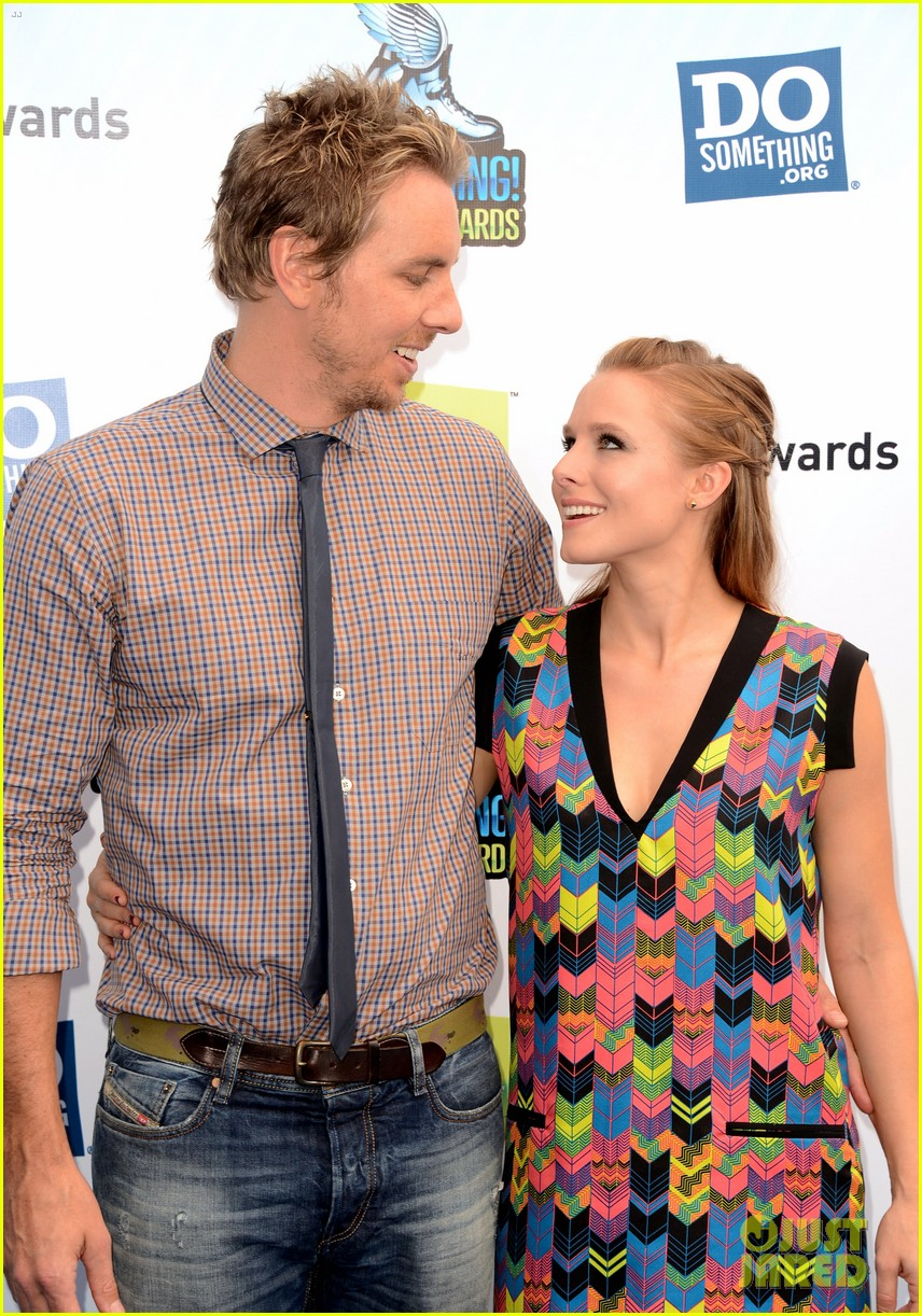 kristen bell dax shepard do something awards 2012 blue carpet 02