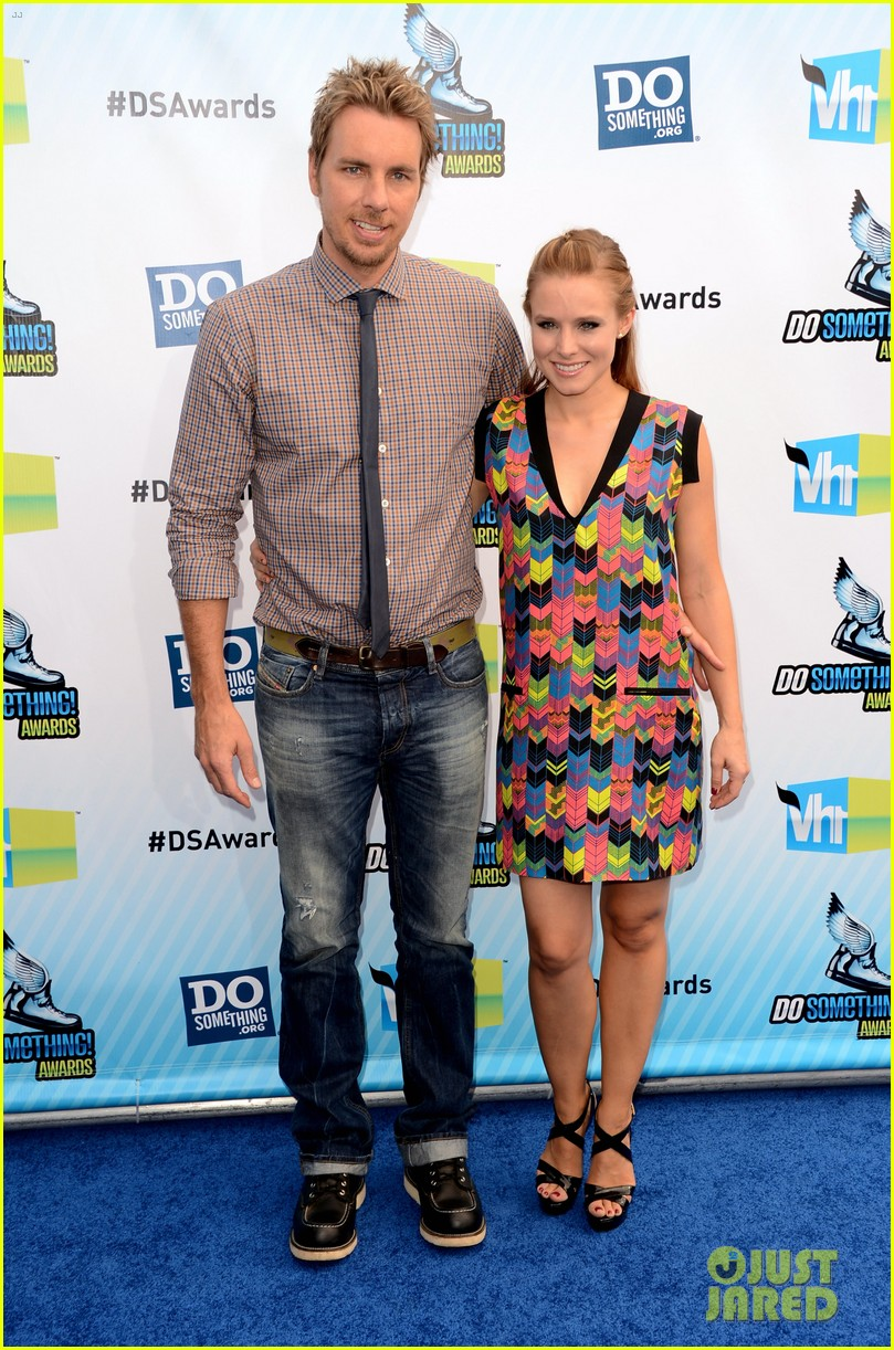 kristen bell dax shepard do something awards 2012 blue carpet 04