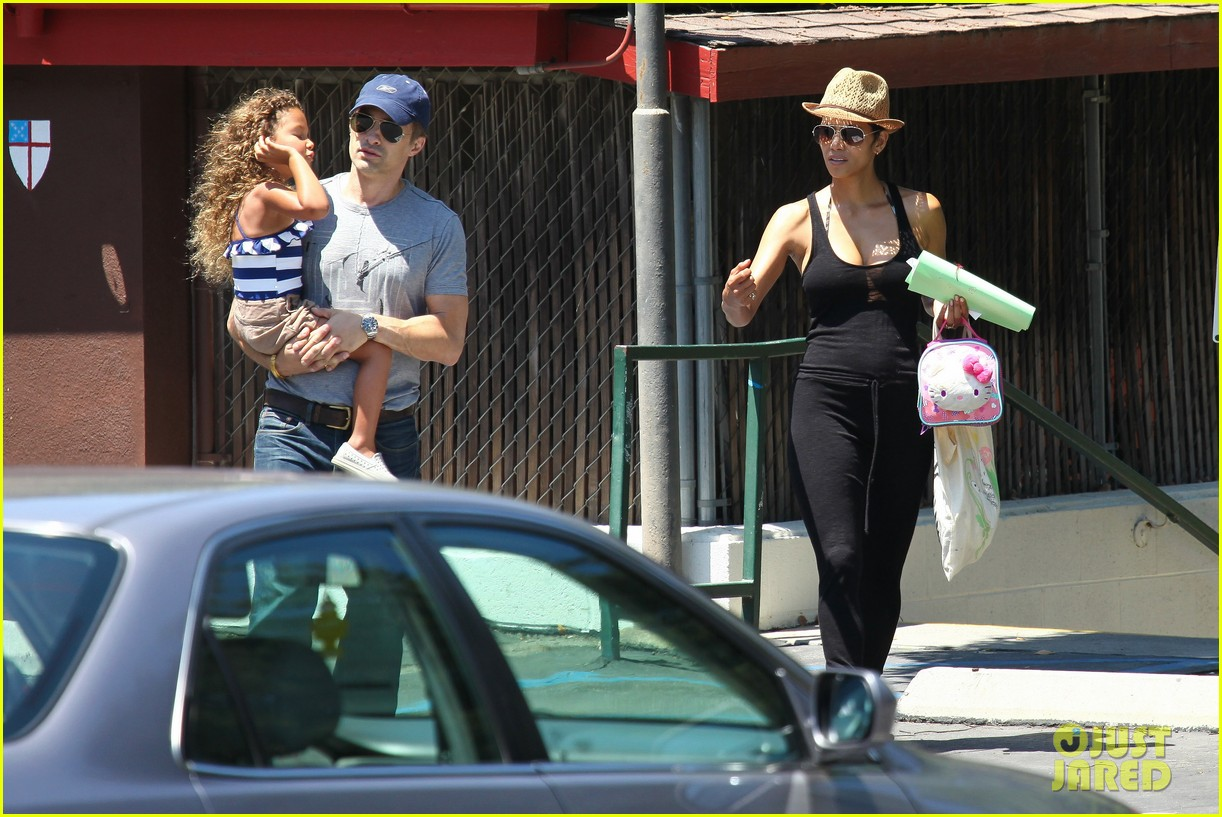 halle berry errands with olivier nahla 14