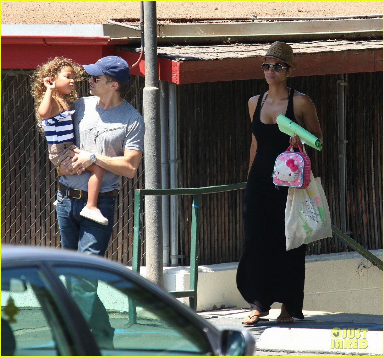 halle berry errands with olivier nahla 17