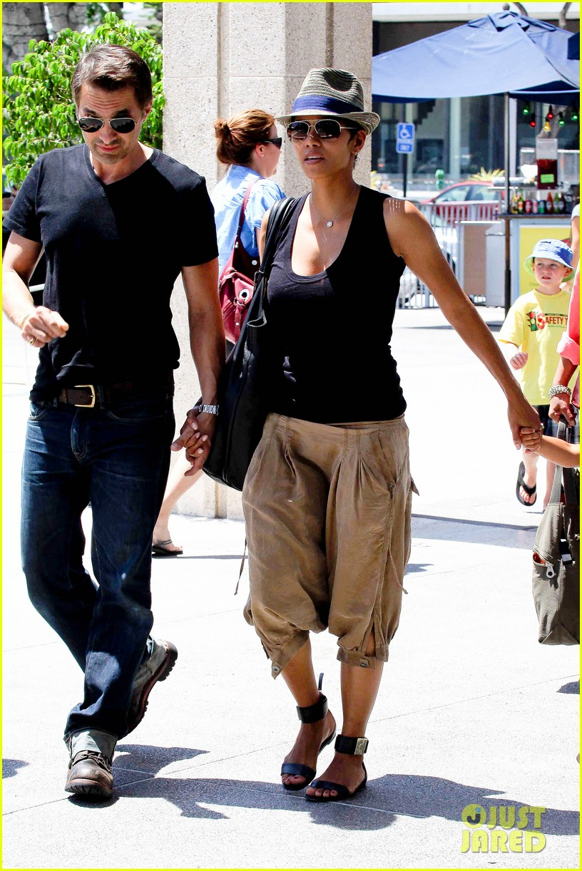 halle berry olivier martinez mary poppins with nahla 18