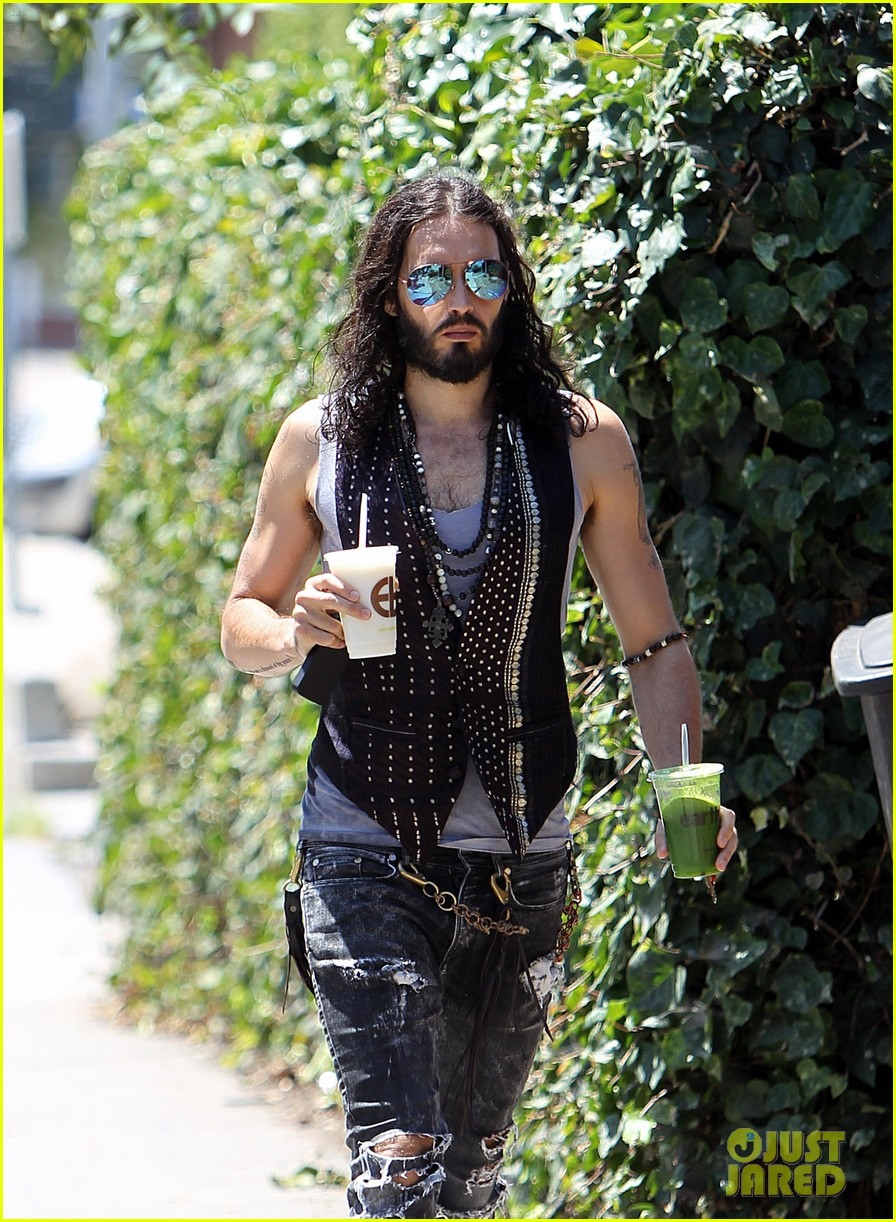 russell brand barefoot with smoothies 11