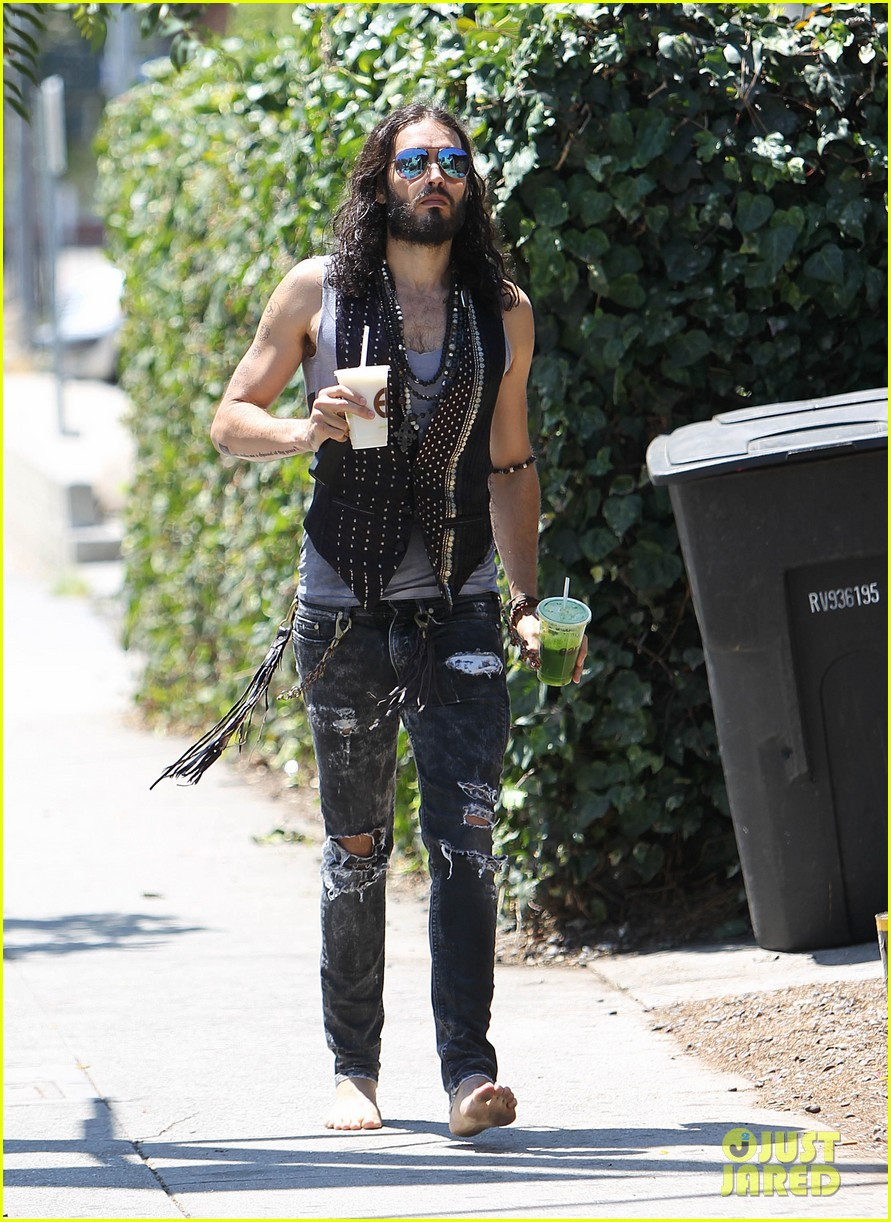 russell brand barefoot with smoothies 12