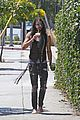 russell brand barefoot with smoothies 04