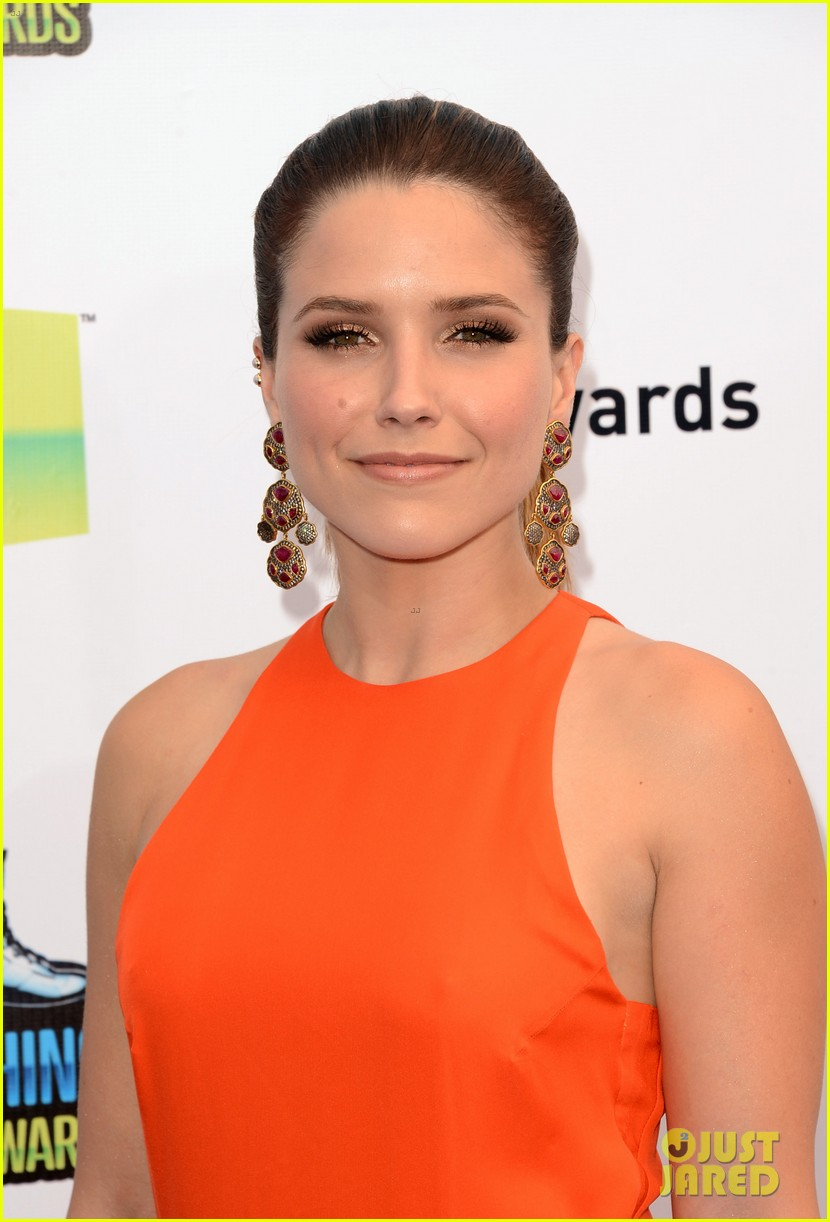 sophia bush olivia munn do something awards 2012 07