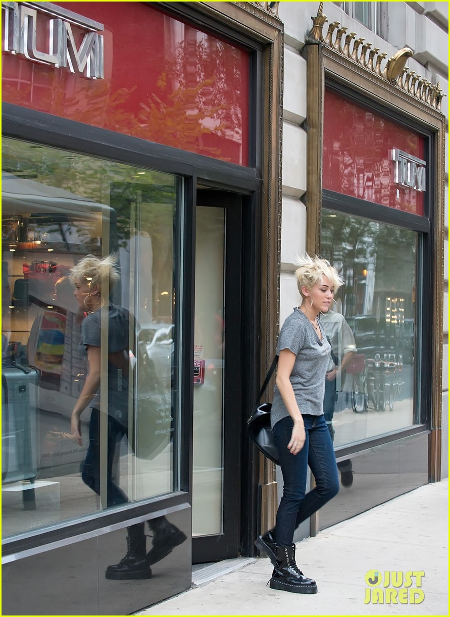 miley cyrus backless shirt philly 022708687