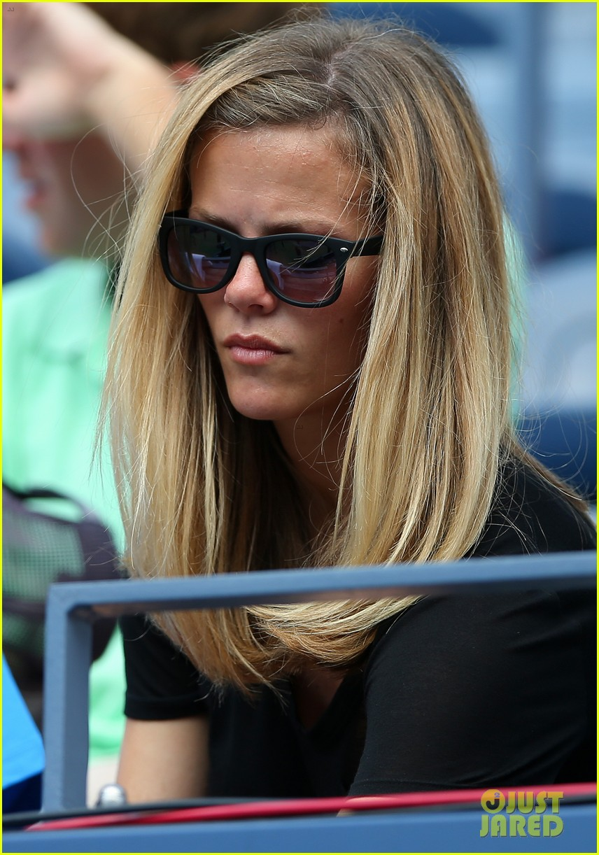 brooklyn decker cheers on andy roddick at u s open 07