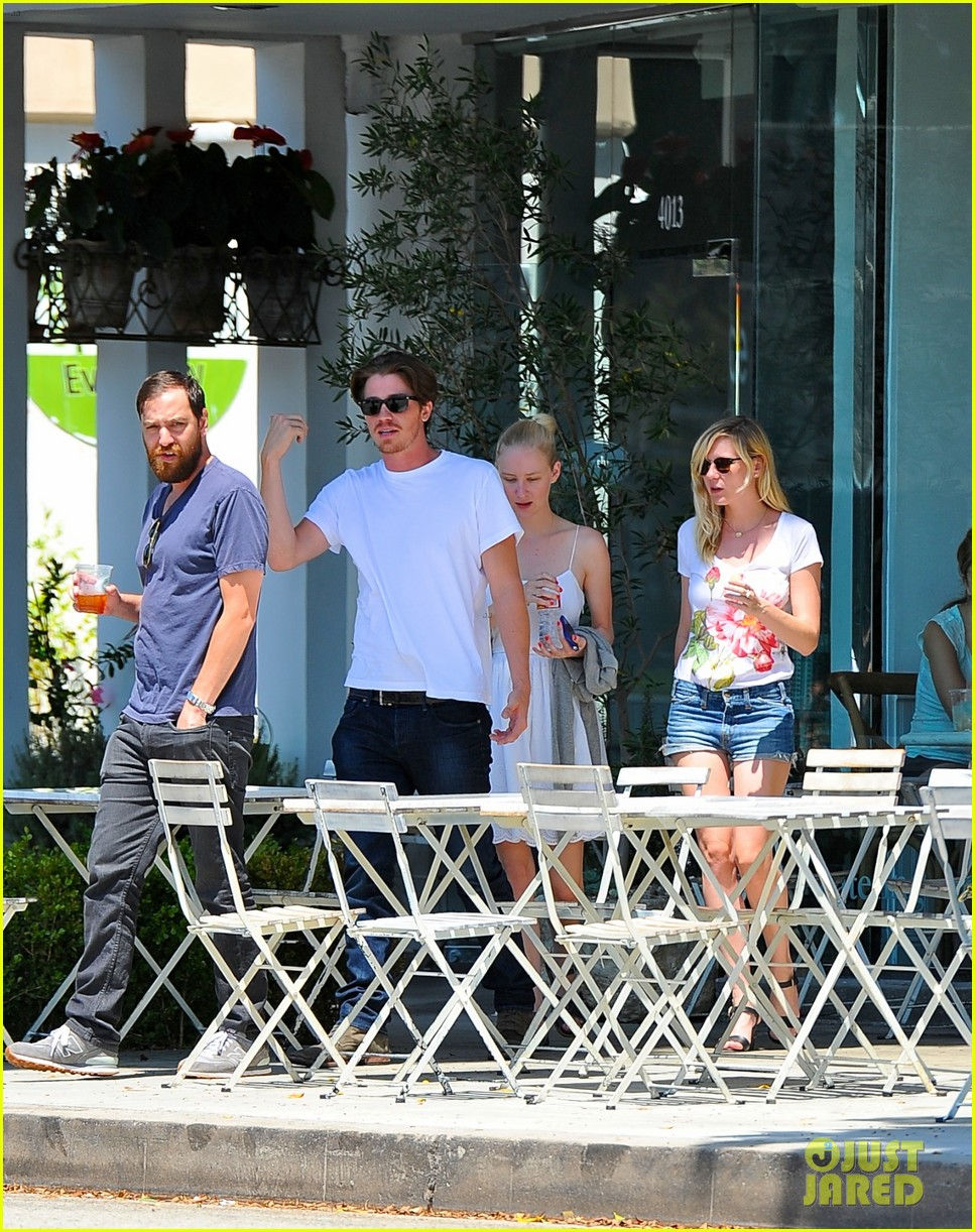kirsten dunst garrett hedlund brunch with friends 03