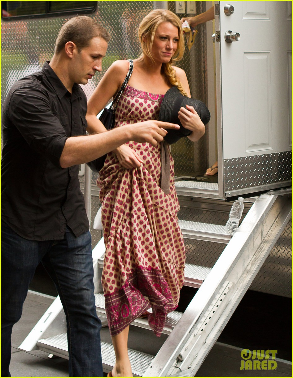 blake lively leighton meester gossip girl with the boys 03