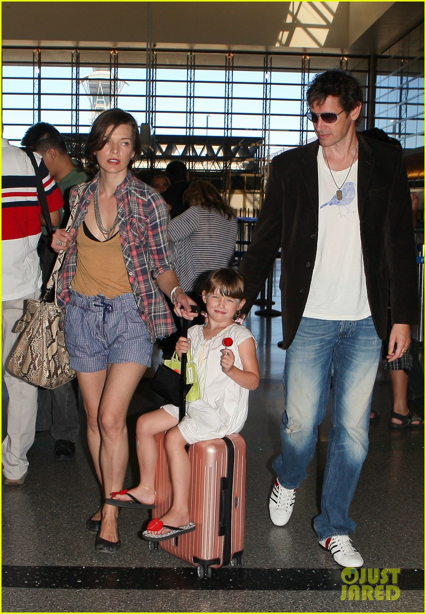 milla jovovich wheels ever through the airport 012709723