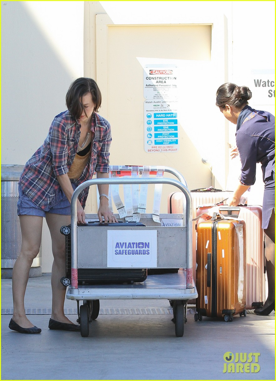 milla jovovich wheels ever through the airport 062709728
