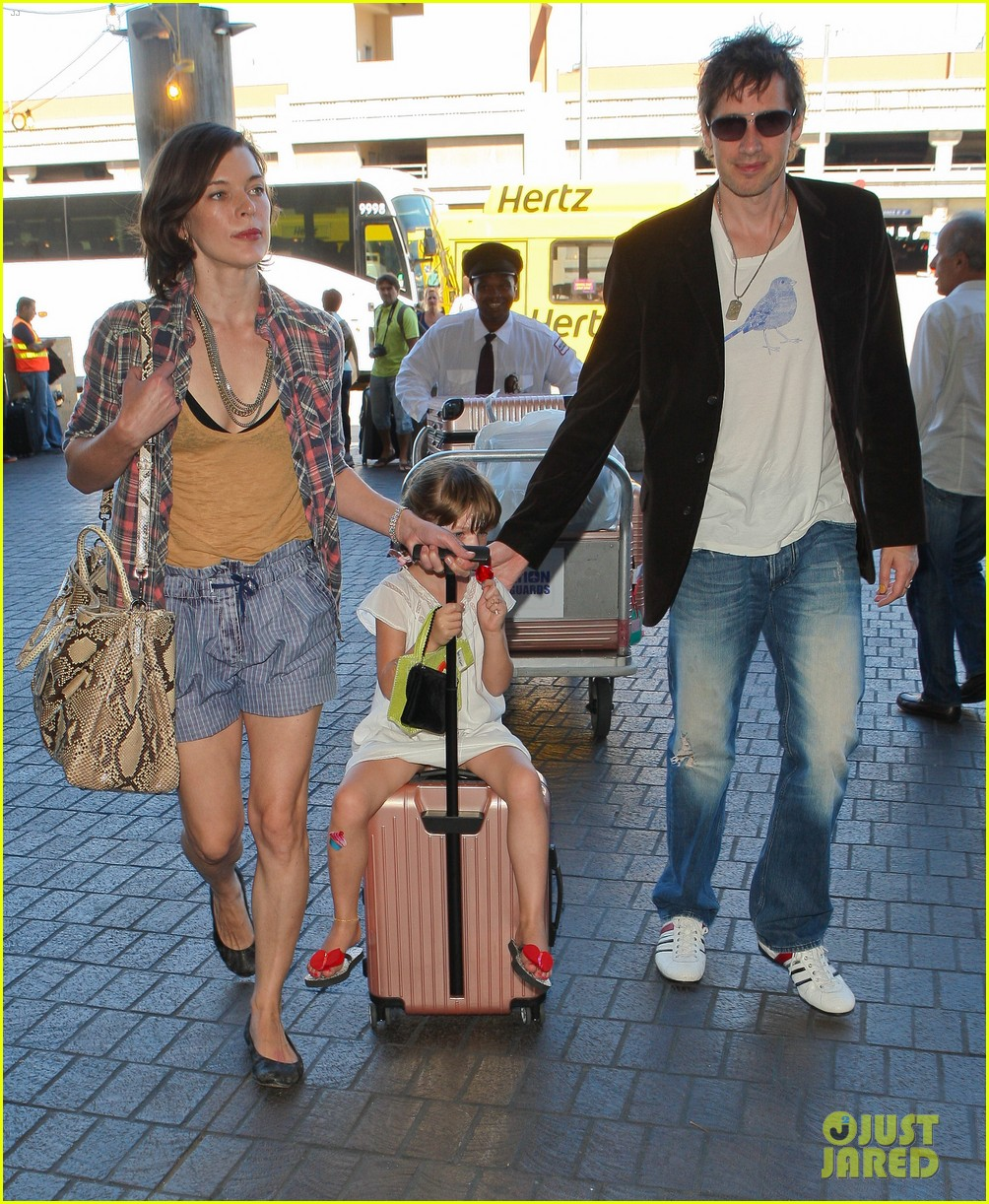 milla jovovich wheels ever through the airport 15