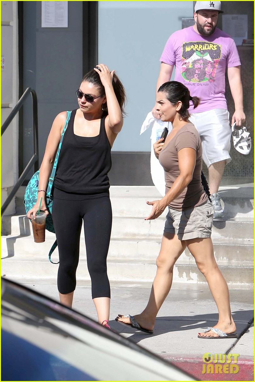 mila kunis bares belly after workout 14