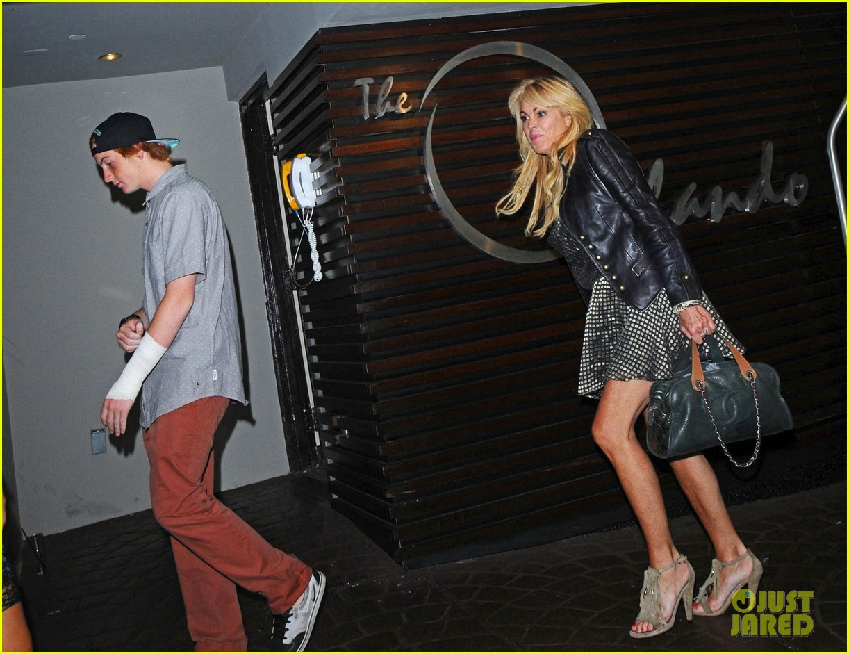 lindsay lohan canyons wrap party with mom cody 04