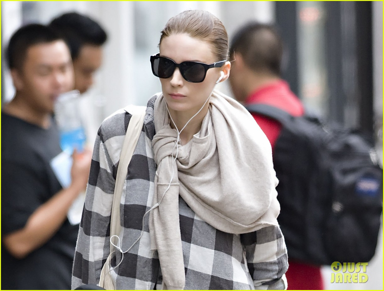 rooney mara avoids rainstorms 04