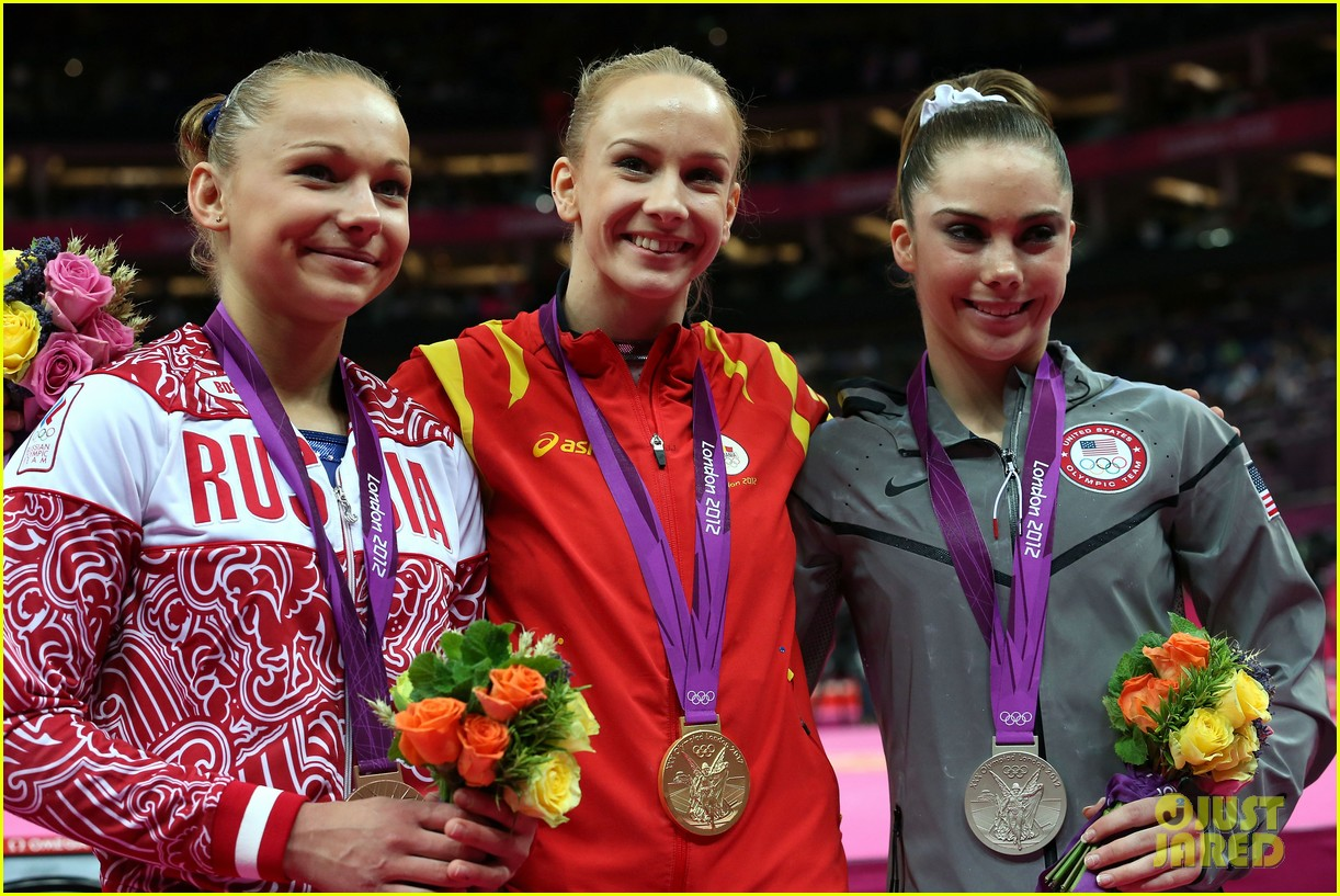 mckayla maroney falls during vault finals wins silver medal 152697524