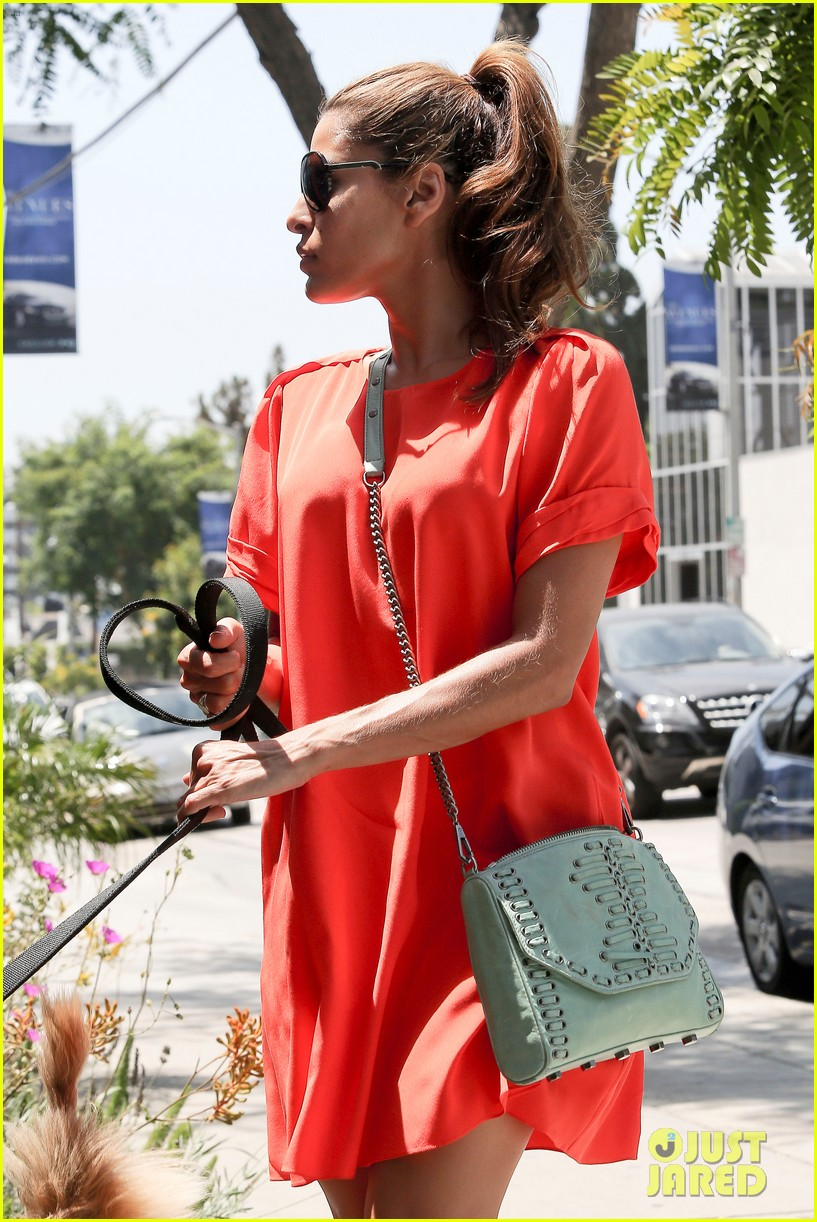 eva mendes beverly hills dog walker 102696065