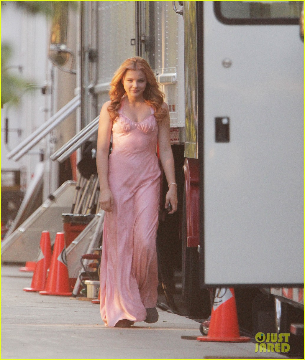 chloe moretz blood soaked on carrie set 01