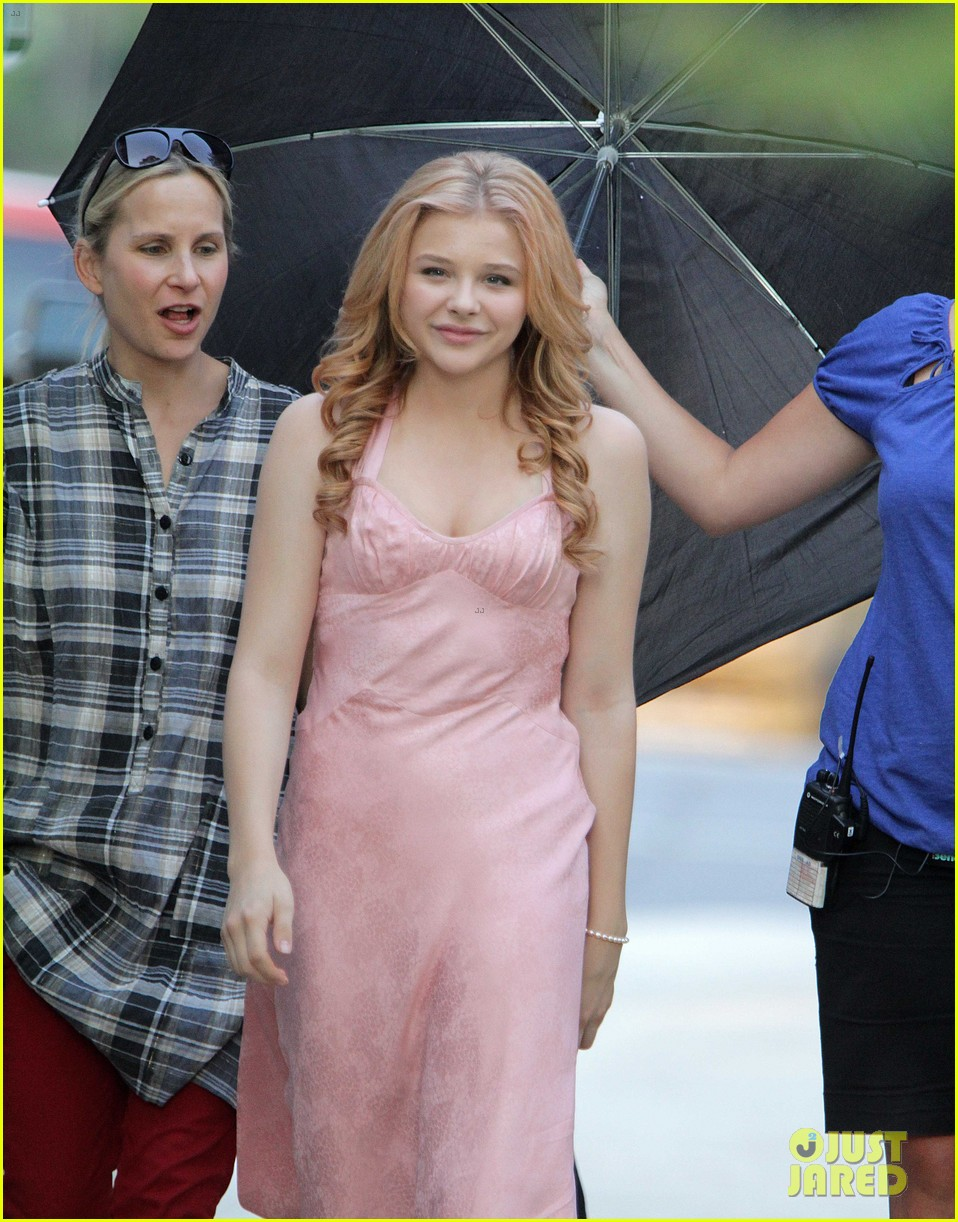 chloe moretz blood soaked on carrie set 17