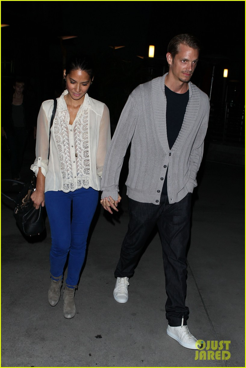 olivia munn joel kinnaman movie theater couple 10