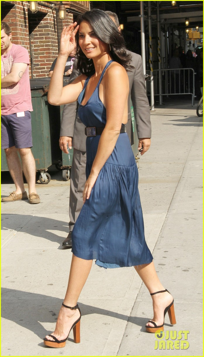 olivia munn fist bump david letterman 23